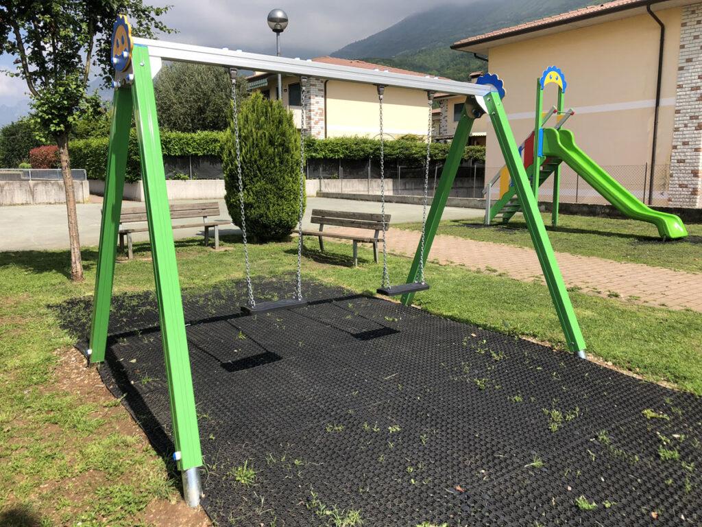 altalena-mista-trave-grigia-gambe-verdi