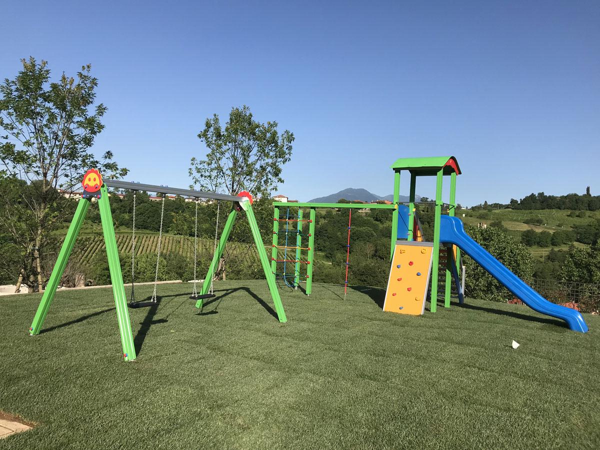 altalena-trave-grigio-gambe-verdi